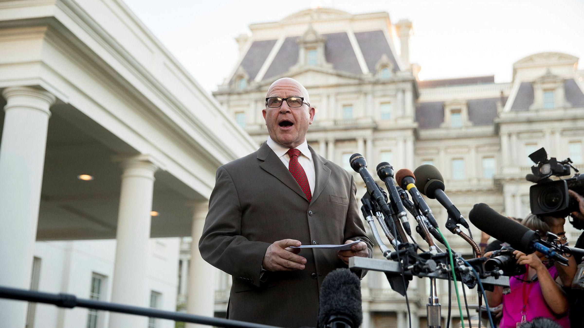 Donald Trumps nasjonale sikkerhetsrådgiver H.R. McMaster var tydelig utilpass da han snakket med pressen utenfor Det hvite hus mandag kveld.