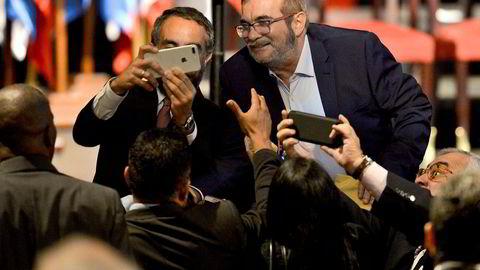 I forrige uke ble FARC og den colombianske regjeringen enige om en ny og revidert fredsavtale. Her stiller FARC-leder Timoleon Jimenez, kjent som Timochenko, opp på bilder etter avtalesigneringen i Bogota.