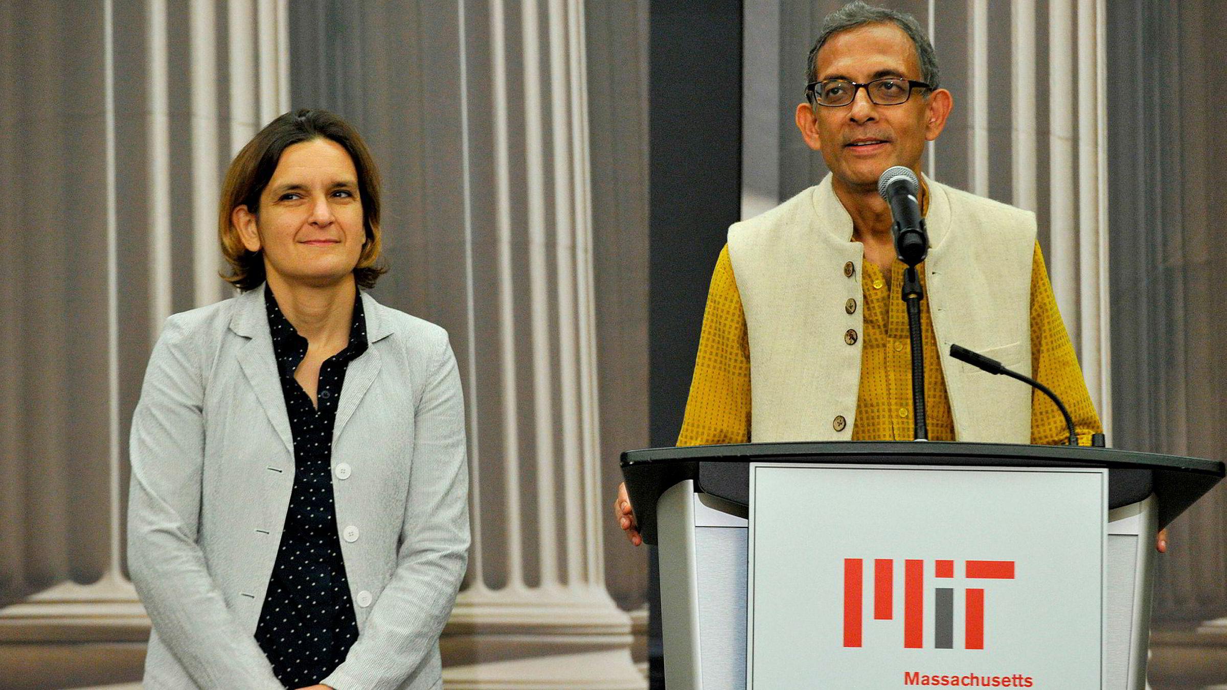 Esther Duflo (til venstre) og Abhijit Banerjee fikk Nobelprisen i økonomi mandag, sammen med Michael Kremer. Her på en pressekonferanse på Massachusetts Institute of Technology (MiT) etter at nyheten ble kjent.