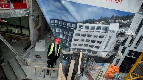 Kjetil Smørås har i år både åpnet Zander K med 250 rom og Bergen Børs med 127 rom. – Med mange nye rom og svikt i forretningstrafikken, får bransjen en skikkelig karamell, sier han. Her er Smørås på byggeplassen for Zander K i mars i fjor.