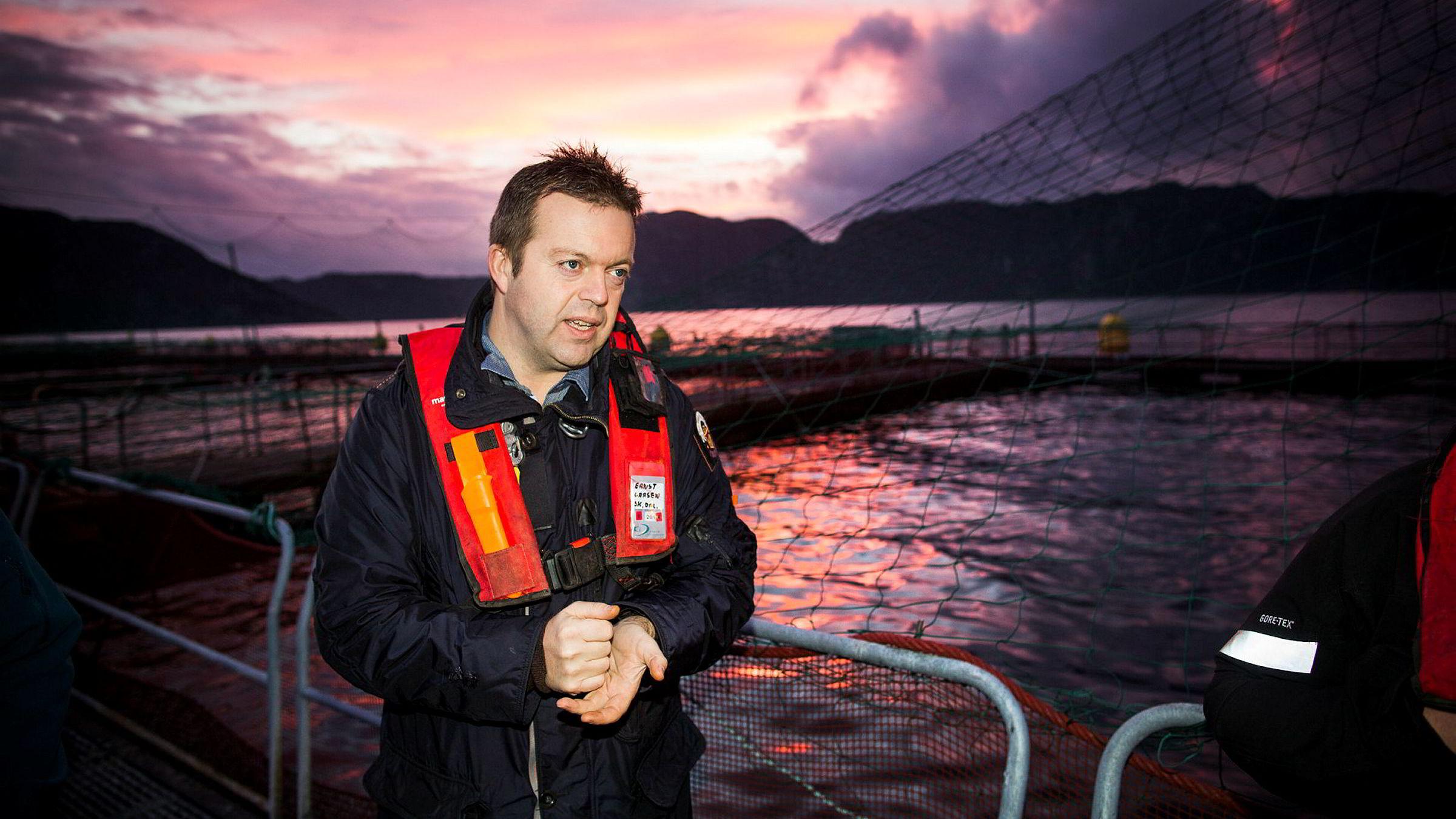 Utfordringene med lakselus gjør at Marine Harvest-sjef Alf-Helge Aarskog mener det står for mye oppdrettslaks i sjøen hele veien fra Hordaland til Lofoten.