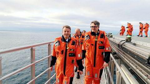Olje- og energiminister Terje Søviknes (til venstre foran) sier han ønsker nye aktører velkommen på sokkelen. Her sammen med Øyvind Eriksen i Aker BP under åpningen av Ivar Aasen-feltet.