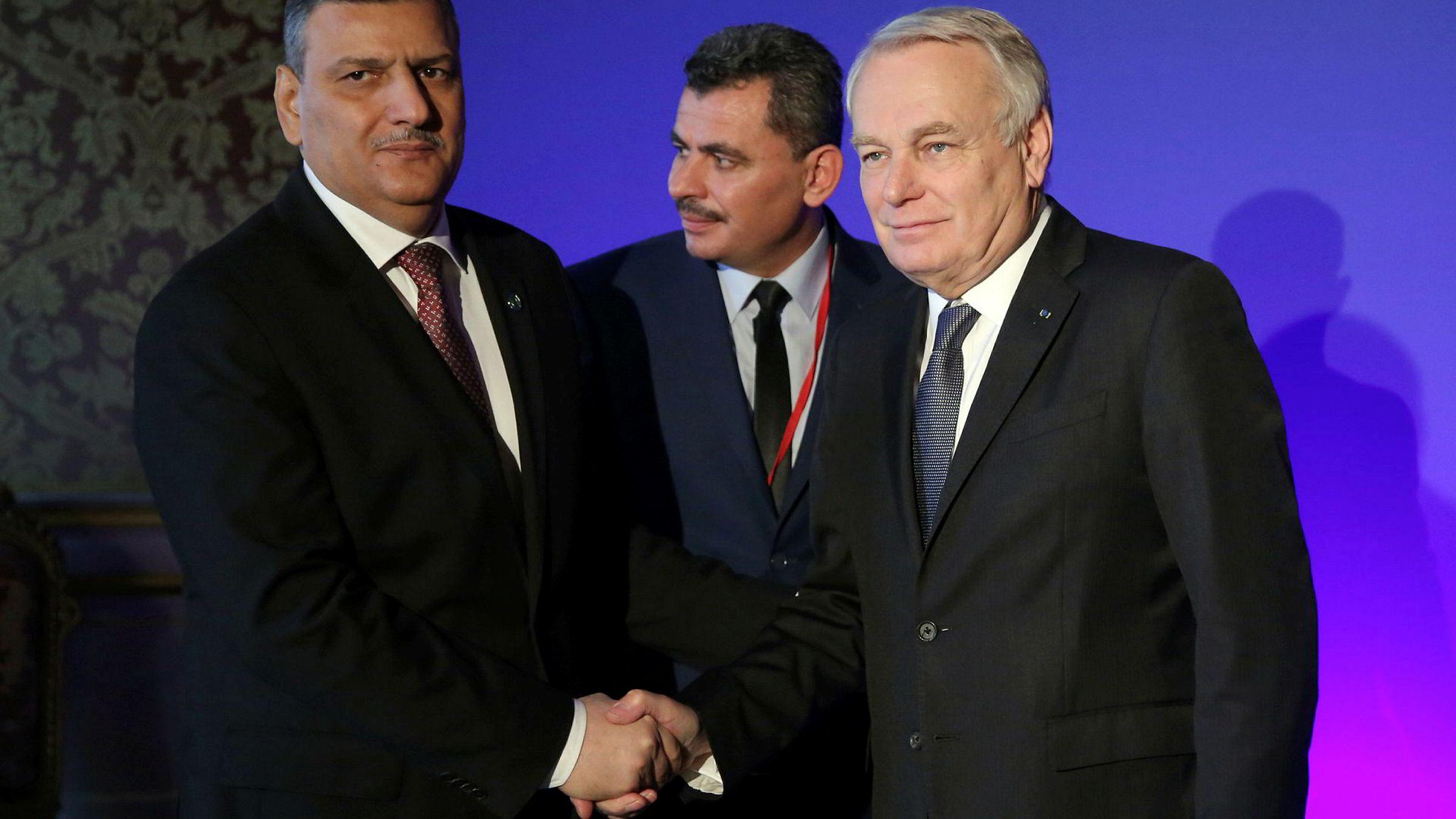 Riad Hijab (t.v) sjefskoordinator for forhandlingene tar hånden til Frankrikes utenriksminister, Jean Marc Ayrault (t.h.), mens presidenten i Alepps lokale Brita Hagi Hasan står ved lørdag.