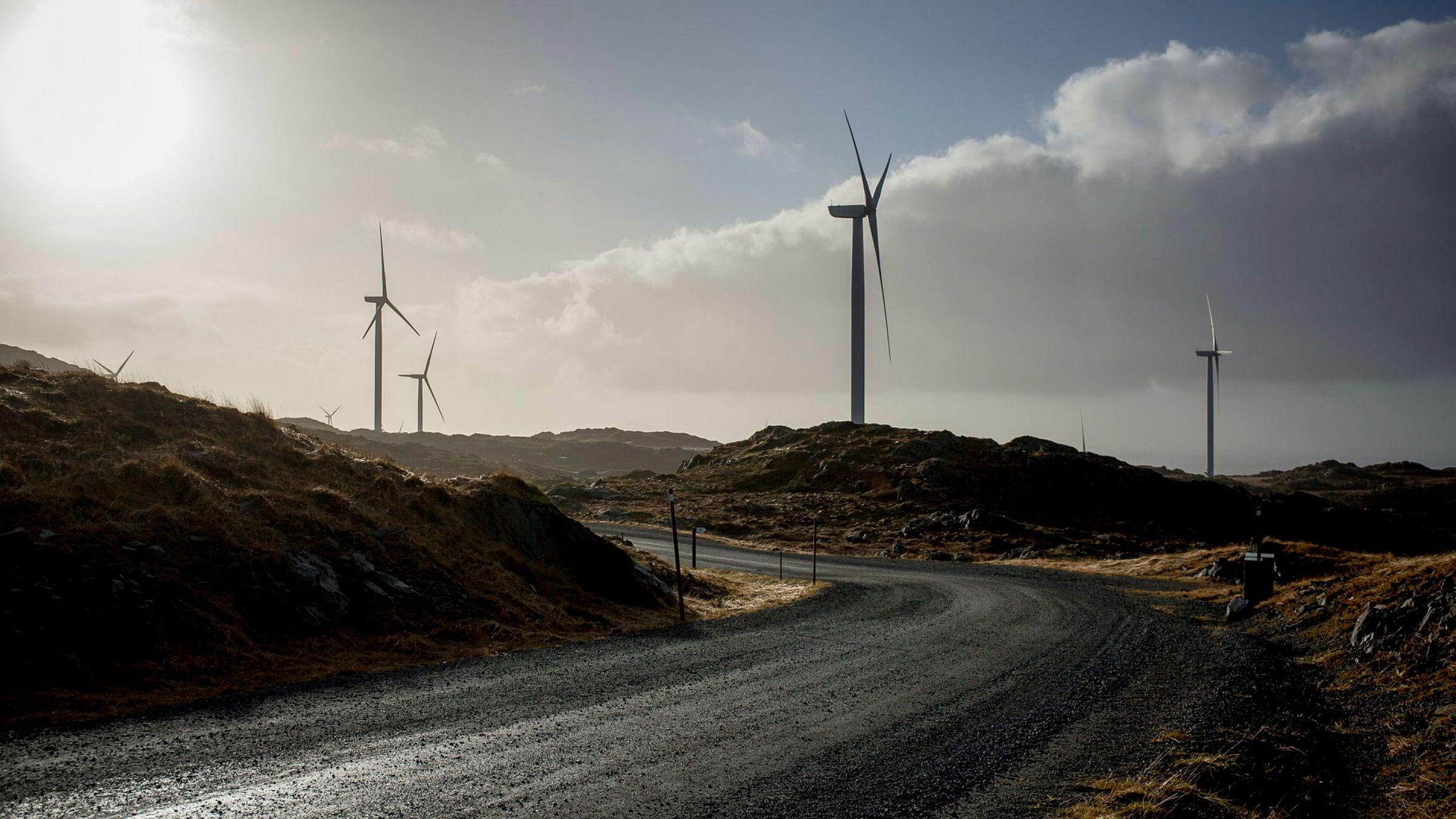 Om vi ønsker å bruke strøm fra fornybare energikilder må vi enten sørge for egen kraftproduksjon og forbruk med vindmøller, småkraft og solcellepaneler på takene våre, eller så må vi i økende grad dokumentere, akkurat som de miljøbevisste europeerne, at kraften vi bruker er ren og norsk, skriver artikkelforfatterne. Her fra Midtfjellet vindpark i Fitjar i Hordaland.
