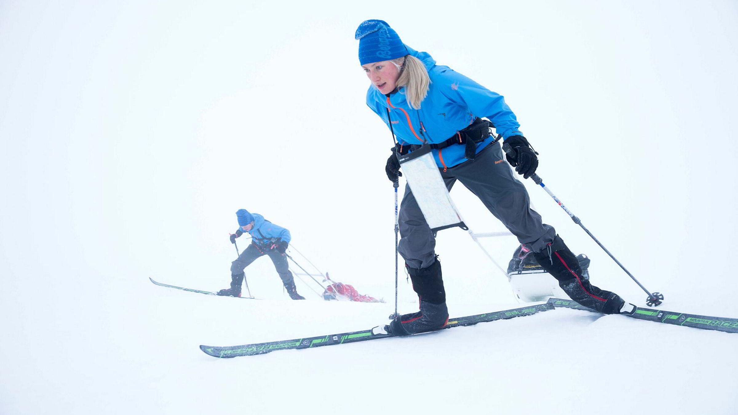 Med 40 kilo i pulken kjemper Line Sogn Plassen (foran) og Ingeborg Kristine Lind seg opp en bratt bakke innover Hardangervidda, i området der Expedition Amundsen arrangeres i starten av mars.