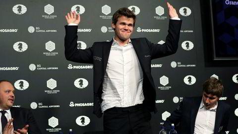Magnus Carlsen er kåret til verdens beste sjakkspiller gjennom tidene av et avansert sjakkprogram. De fire beste er i en særklasse, ifølge analysen. På bildet jubler Carlsen etter å ha vunnet VM-tittelen i kamp mot Sergej Karjakin fra Russland i fjor.