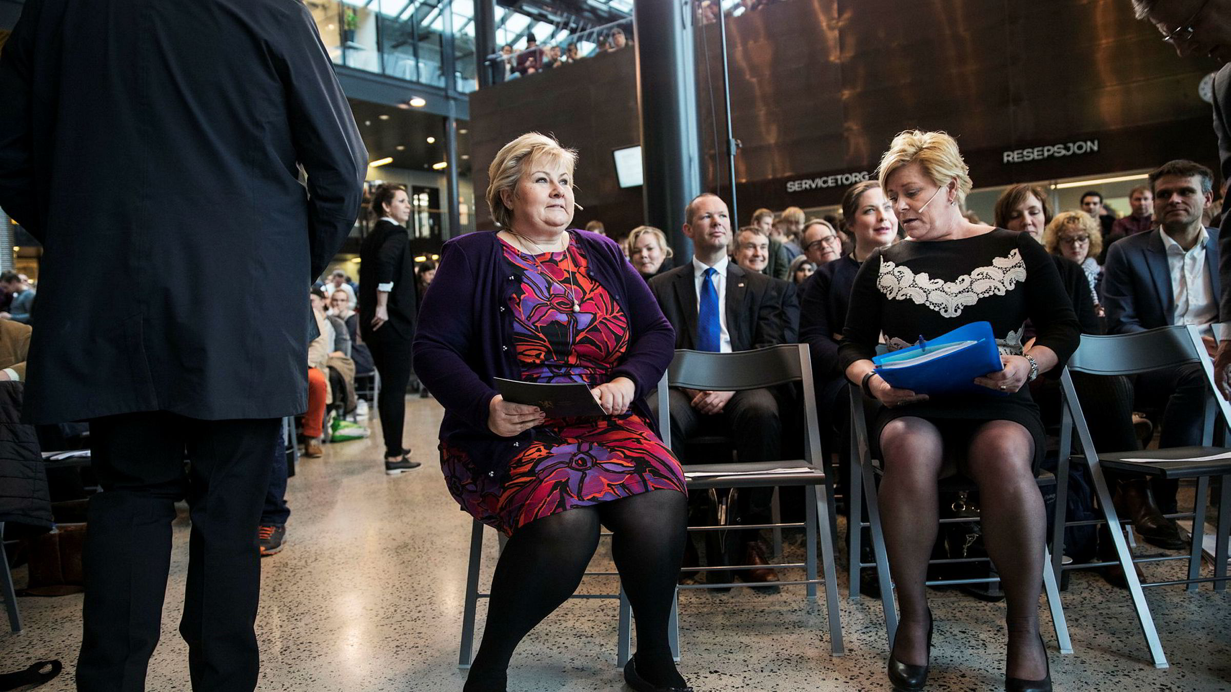 Finansminister Siv Jensen (Frp) (til høyre) og statsminister Erna Solberg (H) legger fredag formiddag frem perspektivmeldingen der innvandringskostnadene er en viktig del.