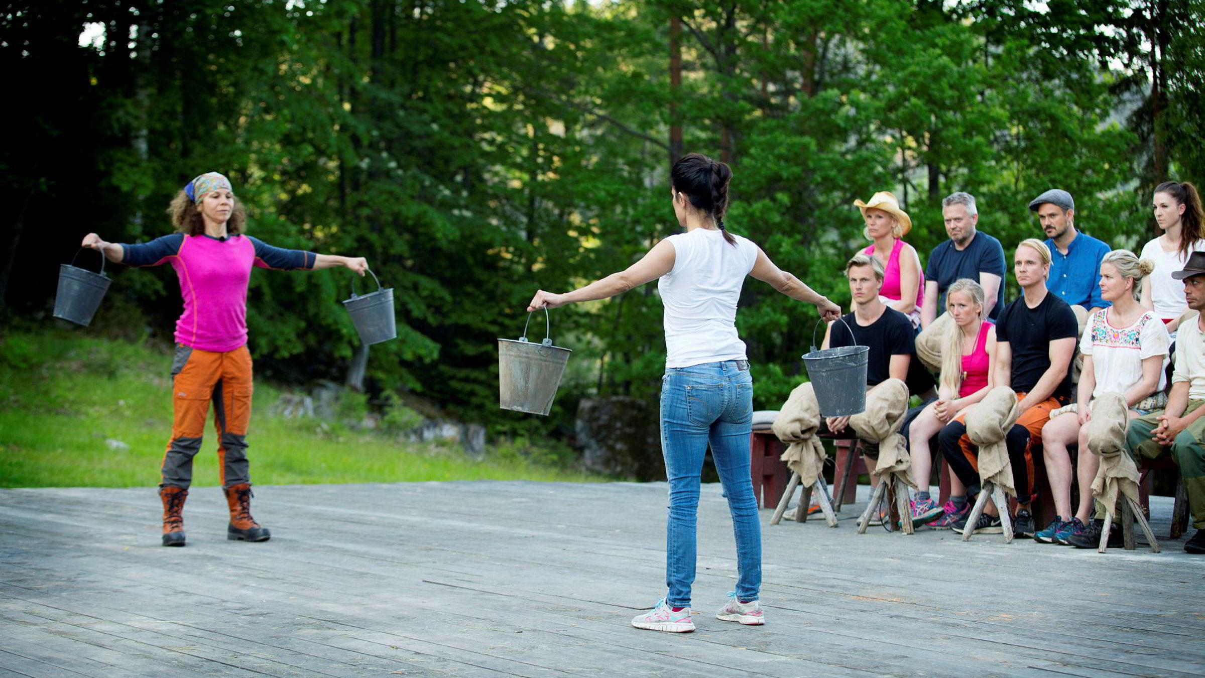 Aylar Lie (ryggen til) satte «Farmen»-rekord da hun holdt melkespannene i 8,27 minutter og slo ut Kari Jaquesson i realityprogrammets tvekamp. På benken følger Lavrans Solli (fra venstre), Ingeborg Luedlow, Lars Barmen, Tonje Helene Blomseth, Petter Pilgaard, Tore Petterson, Vendela Maria Kirsebom, Ida Gran-Jansen og Leif-Einar «Lothepus» Lothe spent med.