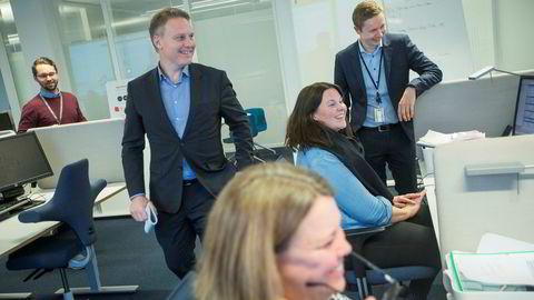 På DNBs kundesenter i Bjørvika i Oslo har lånerådgiverne Trine Wroldsen (foran) og Pia Haugen fullt kjør. – Jeg kan ikke huske lignende pågang i januar noensinne, sier Geir A. Anderssen (til høyre), leder på kundesenteret. Her med konserndirektør Trond Bentestuen og koordinator Espen Fimland (bak).