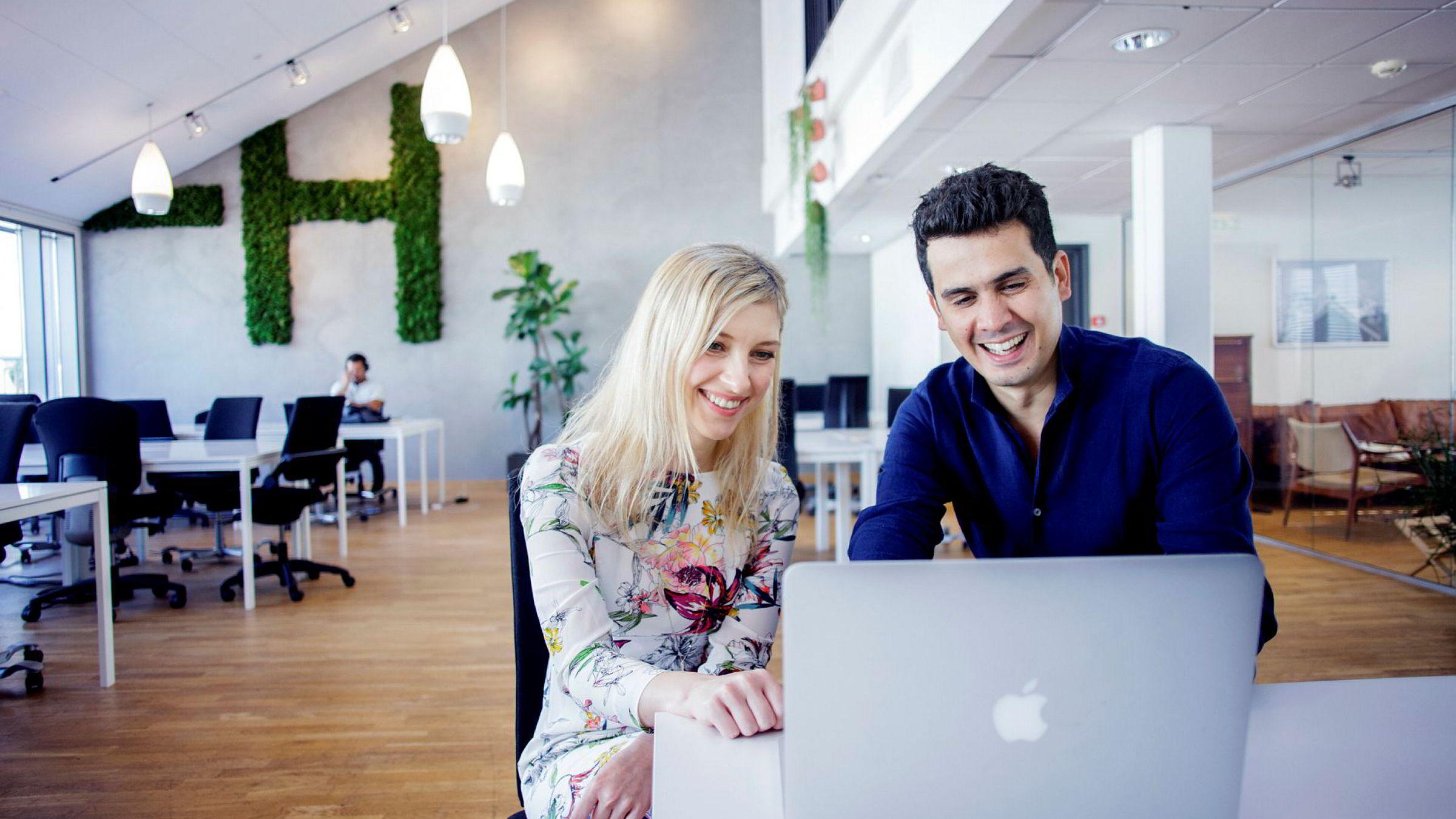 Svetlana Knyazewa, direktør for bedriftsmarkedet, og Anand Chopra-McGowan, europeisk direktør i General Assembly er i Norge for å fylle nordmenns digitale kunnskapsgap. Her er de på besøk i gründerkollektivet Mesh i Oslo.