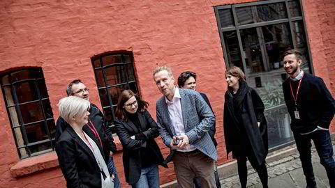Skup-vinnerKristoffer Egeberg (nummer fire fra venstre) leder faktisk.no, som er en selvstendig redaksjon av norske faktasjekkere. Han har med segSilje S. Skiphamn (til venstre), Ola Strømman, Gunn Kari Hegvik, Jari Bakken, Ingrid Vihovde Reime og Bjørn Reitzer Johannessen.