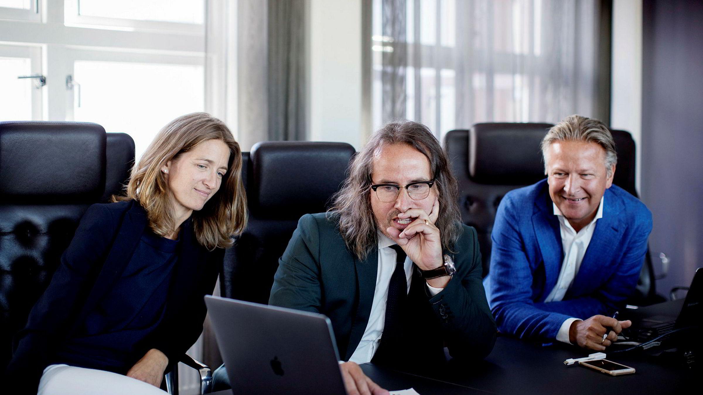 Anniken Haugen Jebsen i Zynk og Claus Sonberg (til høyre) i Zynk har inngått partnerskap med det svenske strategibyrået Quattroporte, her ved daglig leder Peter Majanen i midten.