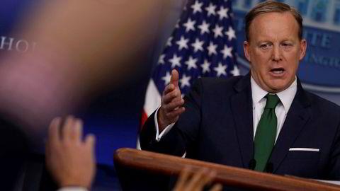 Pressesekretæren i Det hvite hus Sean Spicer sier presidenten ikke viker fra avlyttingspåstander.