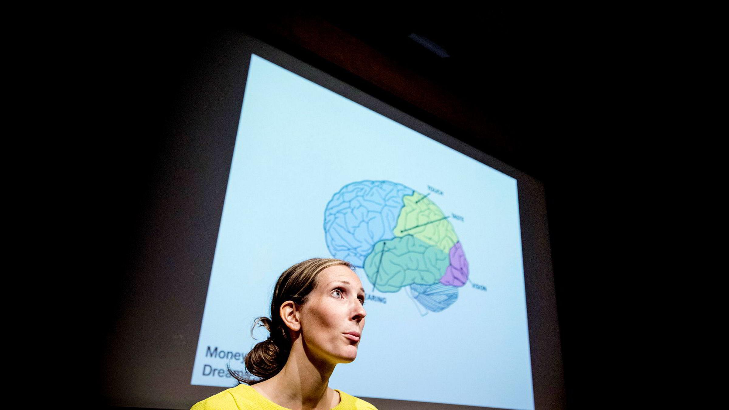 Hjerneforsker Elin Helander i selskapet MoneyMind forsker på hvordan man «lure» hjernen til spare mer til pensjon.
