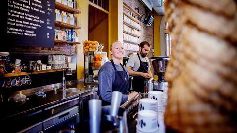 – Vi har mest folk her på morgenen og selger mest svart kaffe. Vi skal være best på svart kaffe, det er det vi spesialiserer oss på, forteller Agnes Meyer. Bak henne står kollega Alkinades Kaltakis.