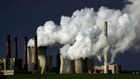 Kanskje reduseres utslippene mest ved å investere i de selskapene som forurenser mest. Det er jo nettopp disse som har størst potensial til å redusere utslippene, skriver Joakim Kvamvold. ildet viser et kullkraftverk i Tyskland.