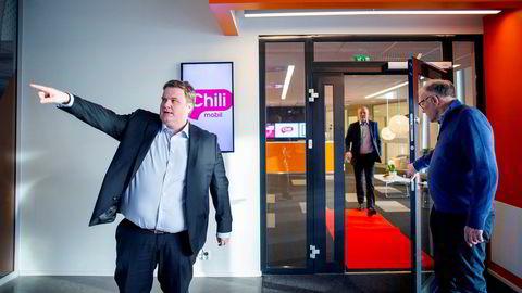 Chilimobil og Telenor møtes i retten om uenigheter rundt ubetalte regninger. Hovedaksjonær Egil Skibenes (til venstre) og administrerende direktør Lars Ryen Mill åpner døren for styreleder Jan Edvard Tygenes. Sistnevnte har vært visekonsernsjef i Telenor. Bildet er fra januar 2020.