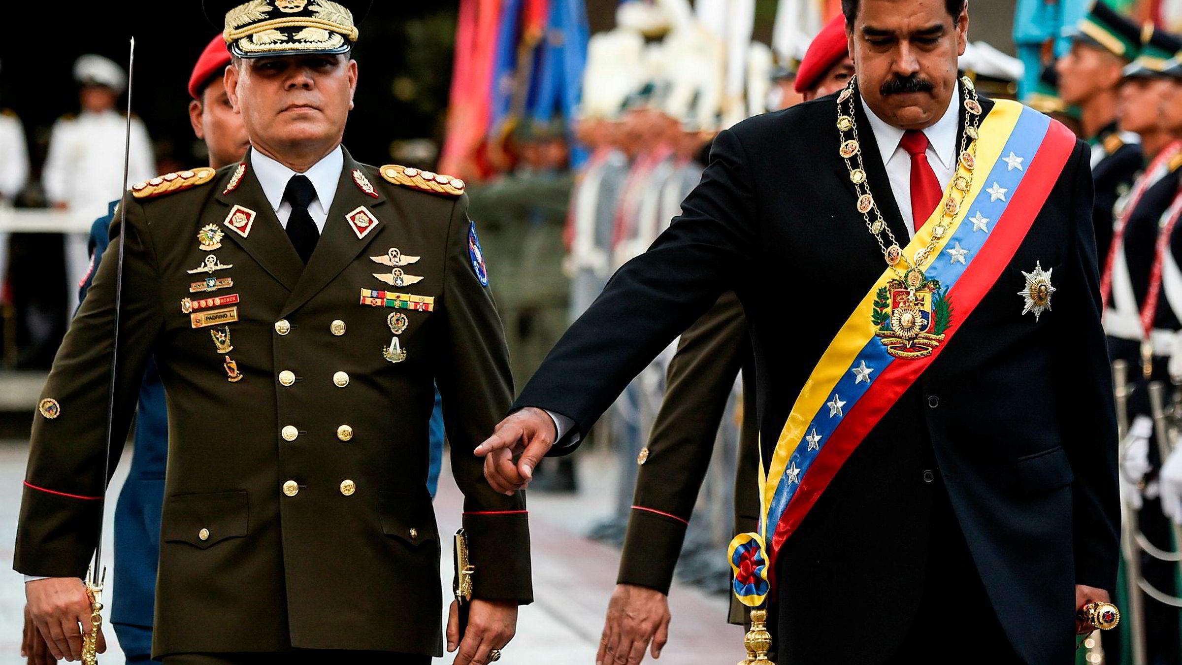 Venezuelas president Nicolas Maduro (til høyre) under en militærparade i Caracas torsdag.