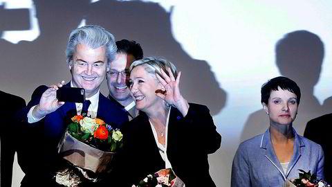 Populismen kommunisert av Farage, Trump, Wilders og Le Pen er en lang rekke variasjoner over samme oppskrift. Her den høyreradikale nederlanske politikeren Geert Wilders sammen med franske Marine Le Pen.