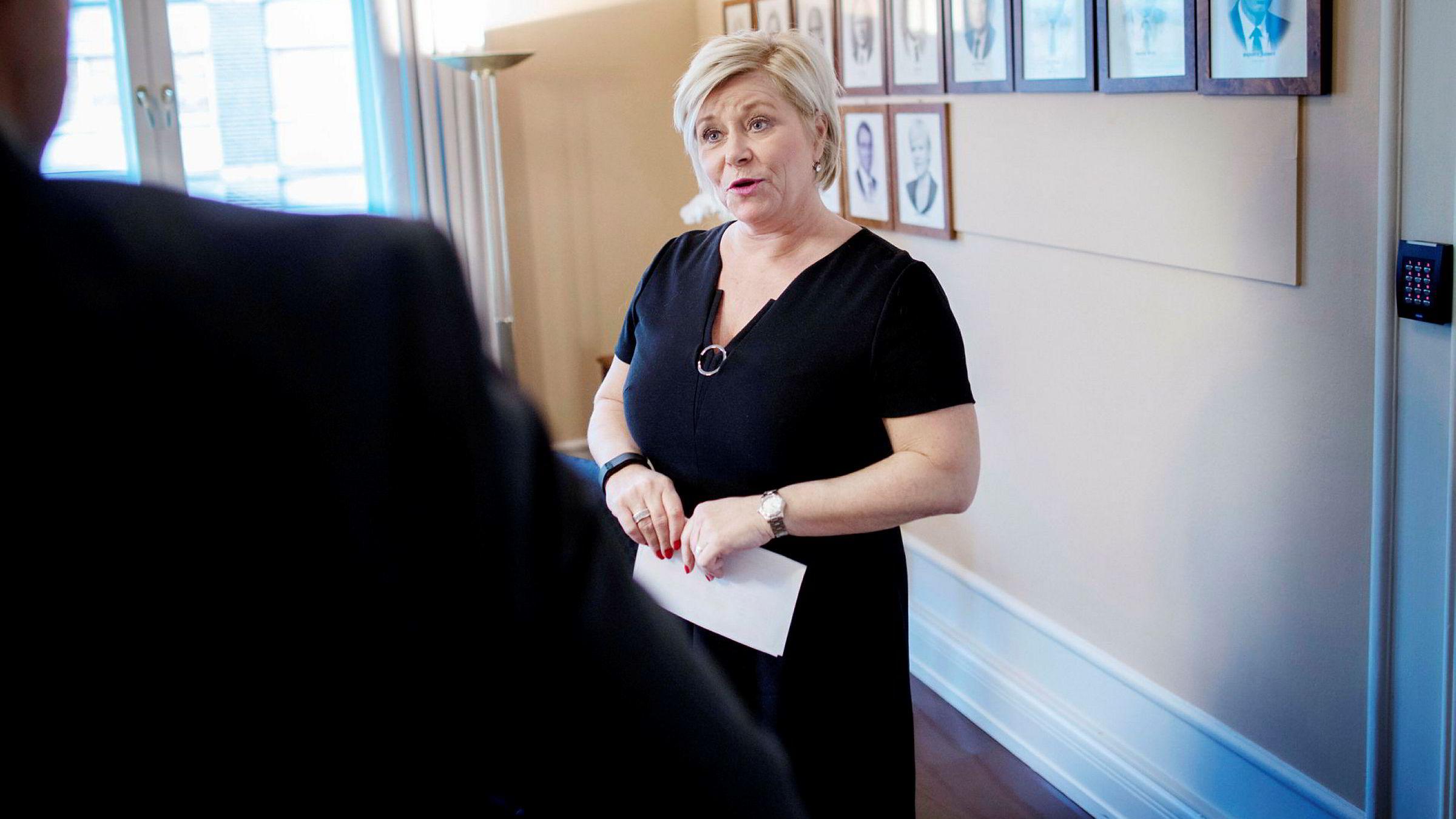 Finansminister Siv Jensen strammer inn på boliglån i ny forskrift.