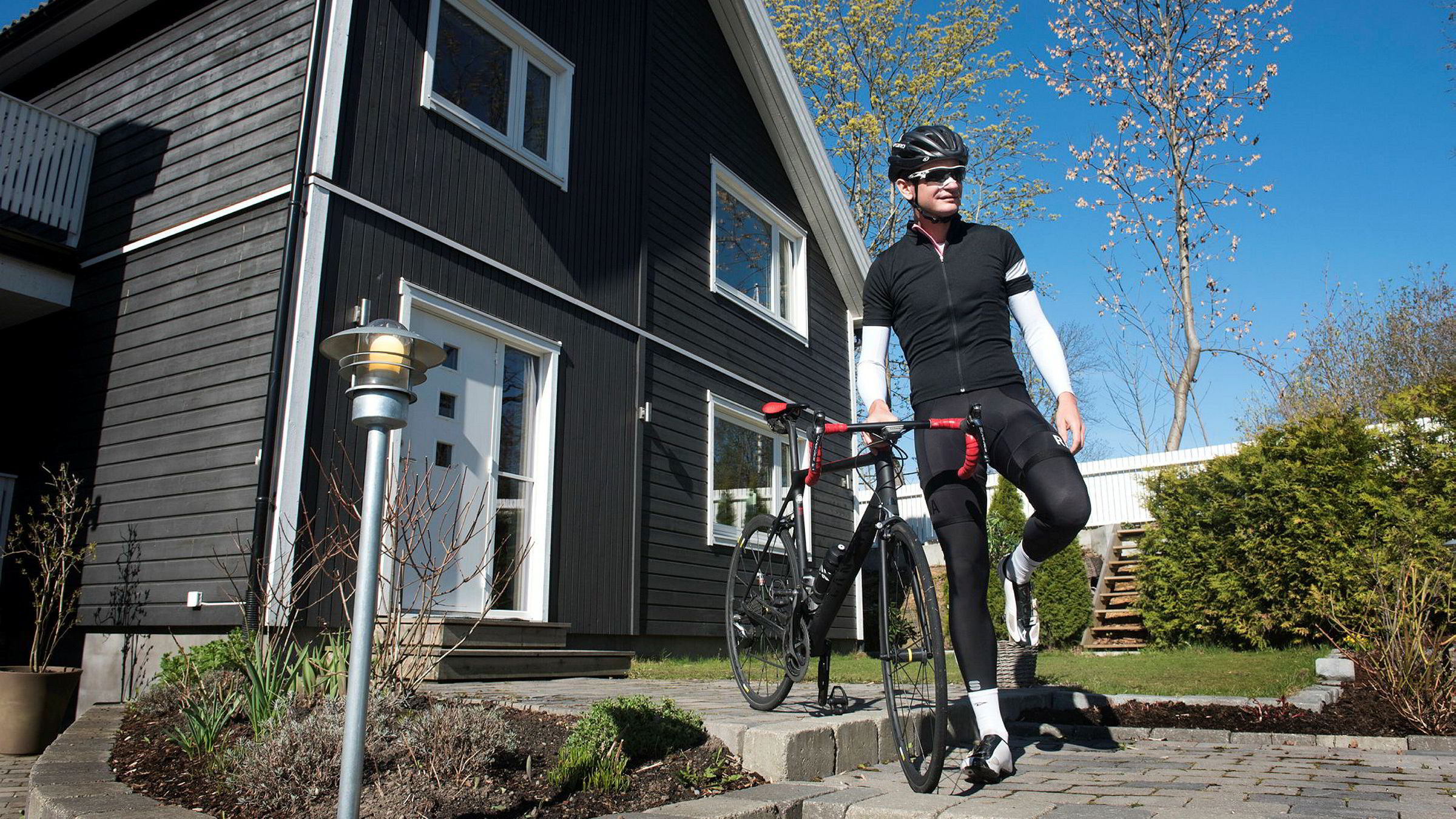 Martin Hoff har opplevd færre farlige situasjoner i trafikken som syklist de siste årene. Her tester han sykkelen etter et stygt fall under et Norgescupritt i fjor vår.