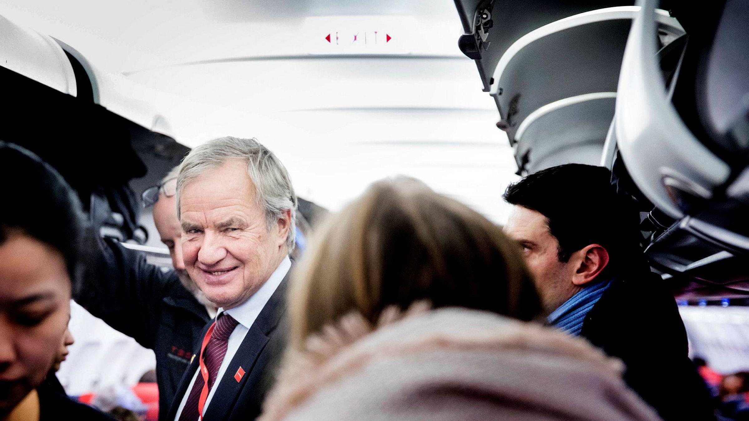 Norwegian-sjef Bjørn Kjos, her på vei ut av et Norwegian-fly etter ankomst i Brussel.