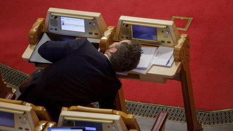 Kunnskapsminister Torbjørn Røe Isaksen var i spontanspørretimen onsdag etter ti ukers pappaperm. Mens han var borte, hadde noen funnet på ugagn.
