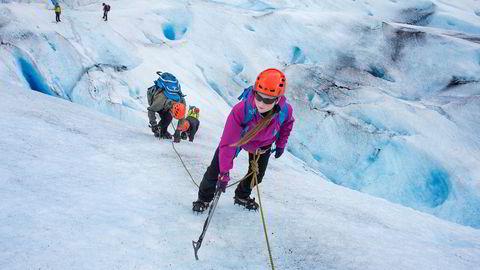 Birthe Norbotten står øverst i isveggen mens faren Rune og søsteren Bolette står lenger ned sammen med Øyvind Gjersvik fra Meløy Adventure som guider gruppen.