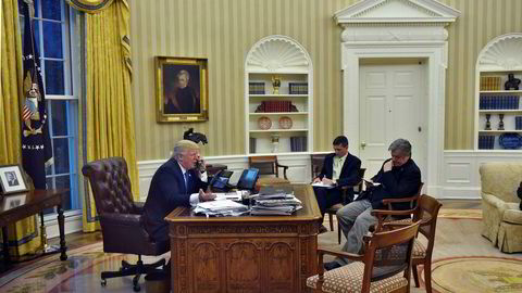 Telefonsamtalen mellom USAs president Donald J. Trump og Australias statsminister Malcolm Turnbull blir beskrevet som «fiendtlig» og «ladet». Rådgiver Steve Bannon (R) og nasjonal sikkerhetsrådgiver Michael Flynn deltok under telefonkonferansen.