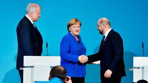 Angela Merkel må sørge for at Martin Schulz (til høyre) og sosialdemokratene blir såpass fornøyd at de sier ja til en storkoalisjon. Men ikke så fornøyd at Horst Seehofer (til venstre) og søsterpartiet i Bayern setter ned foten.