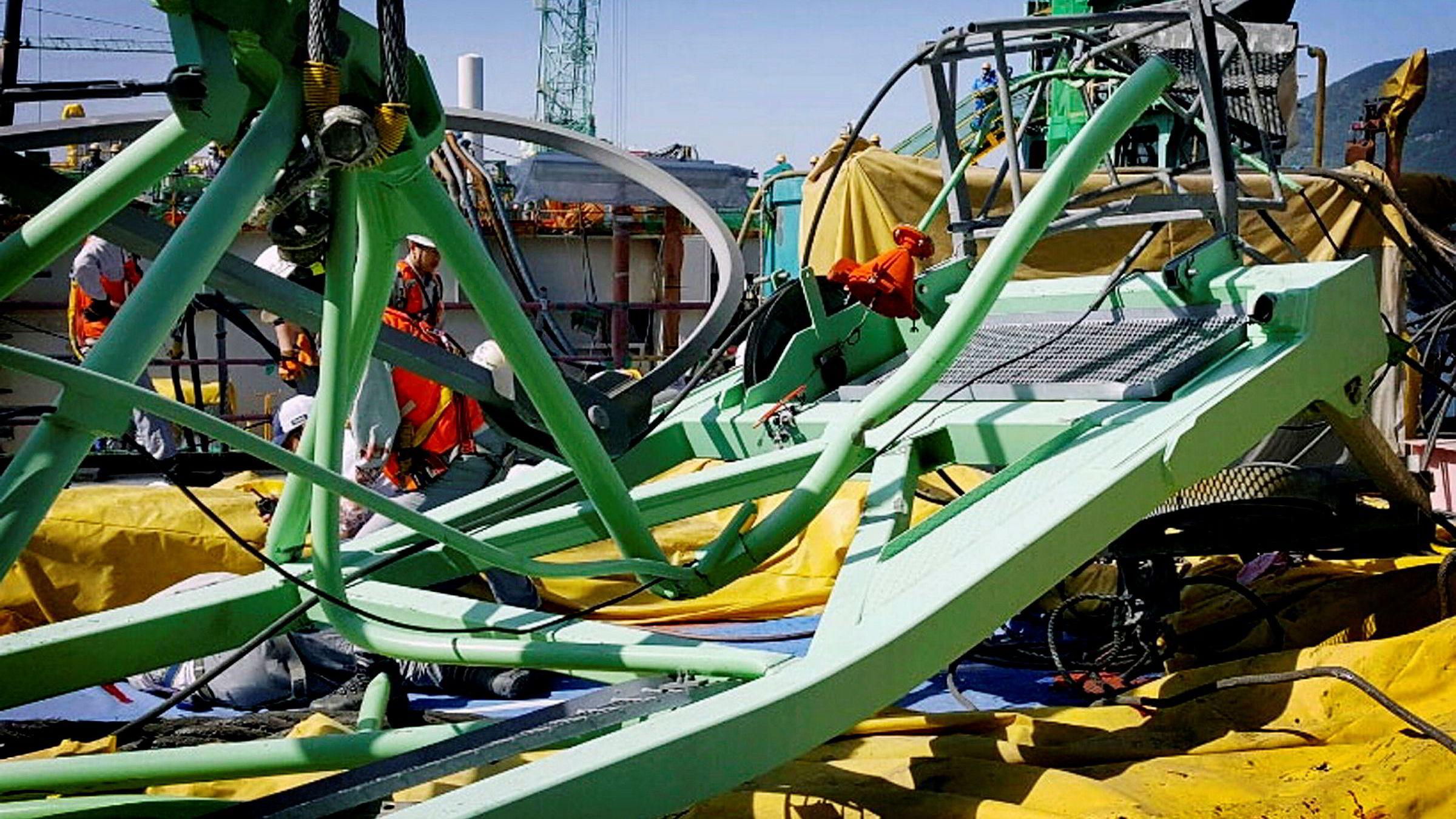 Minst seks mennesker mistet livet da en kran falt over dem på Samsung-verftet i Sør-Korea der den norske plattformen Martin Linge bygges.