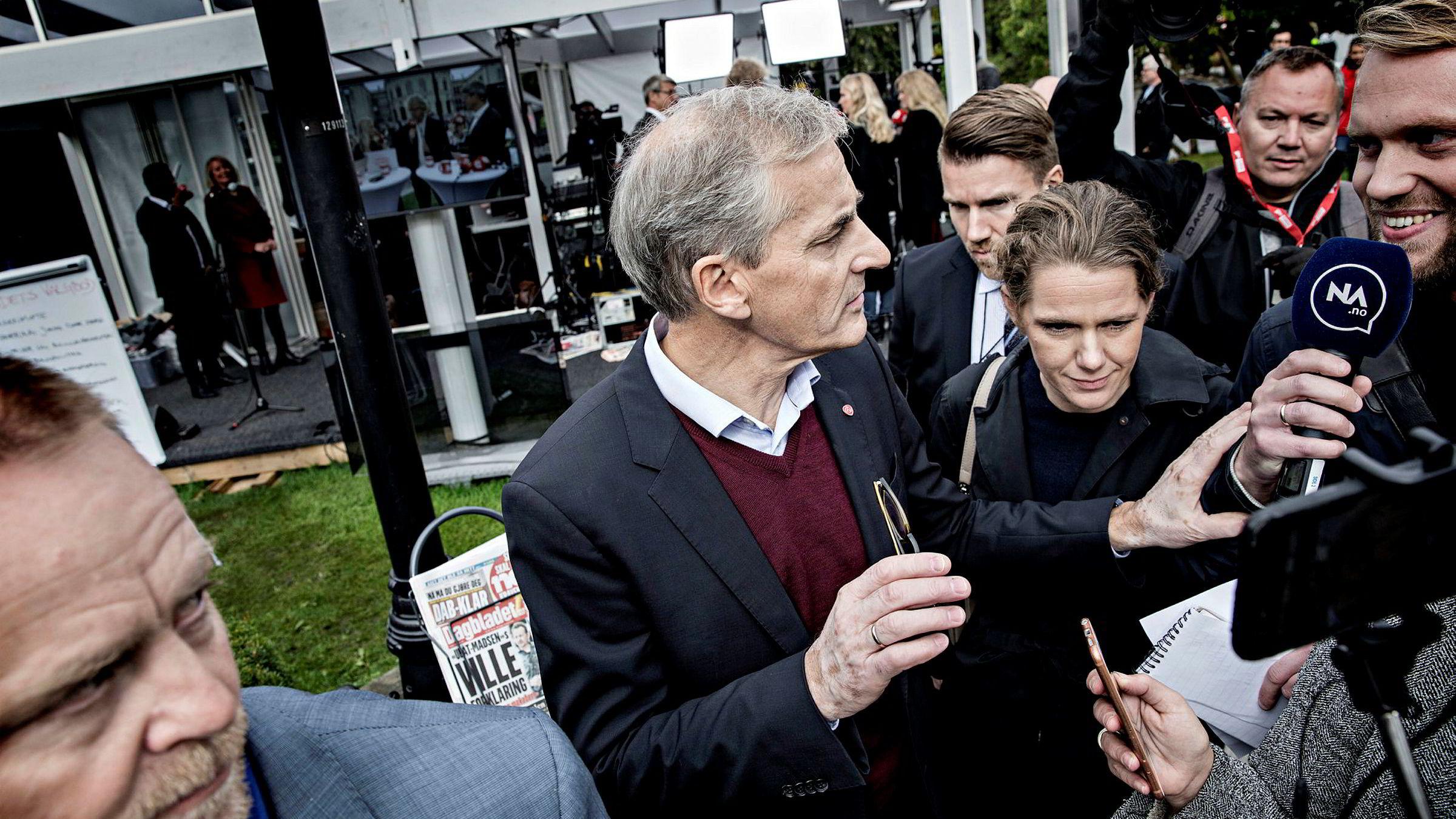 Jonas Gahr Støre møtte et stort pressekorps etter valgsendingen til Dagbladet utenfor Stortinget torsdag ettermiddag.