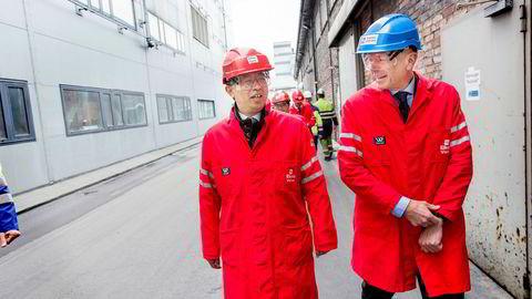 Den kinesiske ambassadøren til Norge, Wang Min, sier Kina er forberedt på en total handelskrig med USA, men han håper amerikanerne besinner seg. Til høyre konsernsjef Helge Aasen i Elkem.