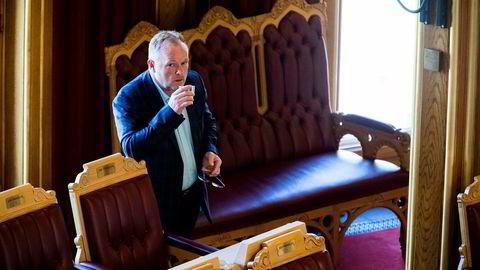 Fiskeriminister Per Sandberg kan vente seg spørsmål fra Stortinget om sin private Iran-tur.