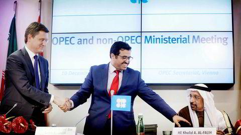 Fra venstre Russland oljeminister Alexander Novak, Opec-president og Qatar-oljeminister Mohammed bin Saleh al-Sada og Saudi Arabias oljeminister Khalid al-Falih holder hender etter en pressekonferanse i Wien lørdag.
