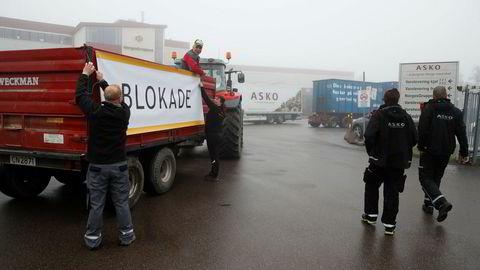 Bønder blokkerer utkjøring av varer fra grossistlageret til ASKO på Kalbakken i Oslo fredag morgen.