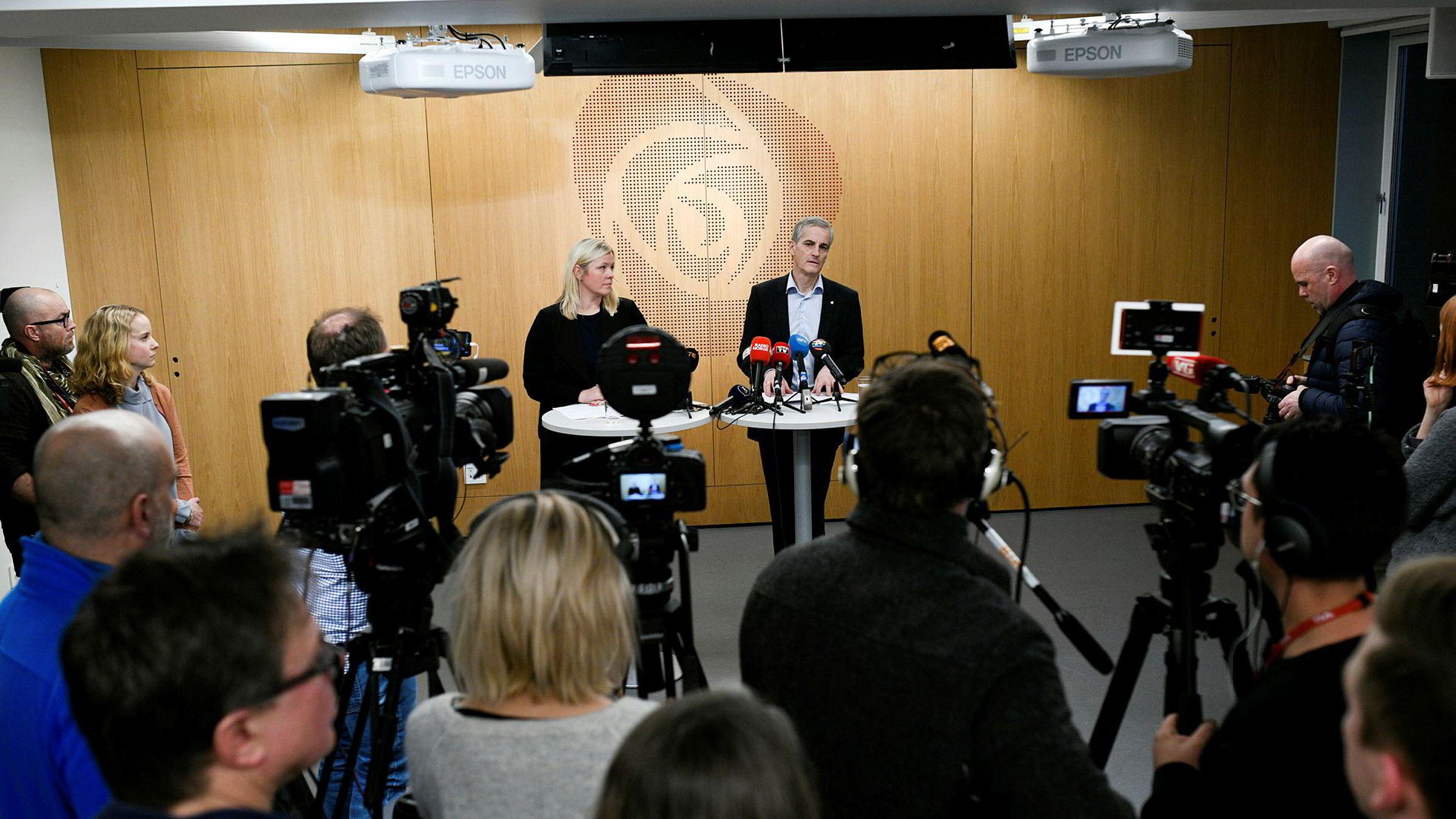 Ap-leder Jonas Gahr Støre og partisekretær Kjersti Stenseng møter pressen mandag ettermiddag etter nok et sentralstyremøte om Trond Giske. Søndag gikk han av som nestleder i partiet.
