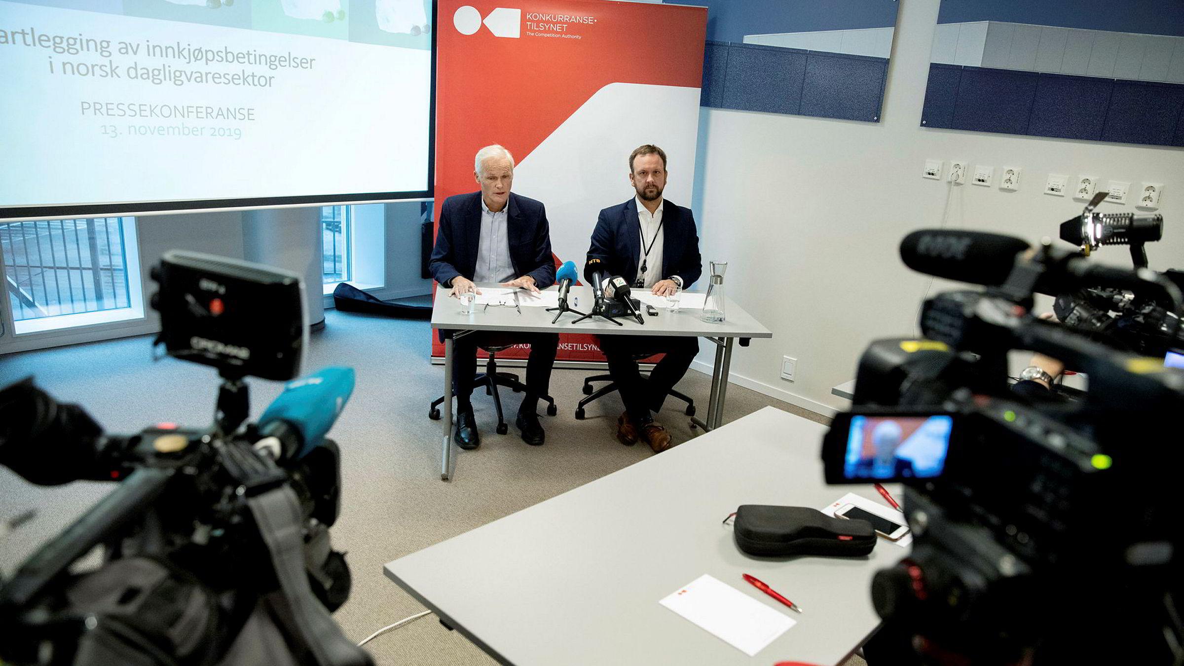 Konkurransedirektør Lars Sørgard (tv) og Sigurd Birkeland, leder for prosjekt dagligvare.