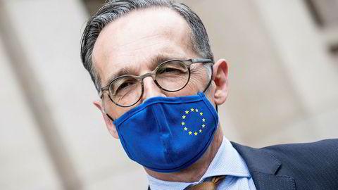 Den tysk utenriksminister Heiko Maas med maske med EUs stjernesymbol.