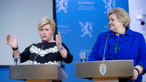 Siv Jensen og Erna Solberg foreslår å øke Oljefondets aksjeandel til 70 prosent og å redusere handlingsregelens normaluttak fra fire til tre prosent. Her fra pressekonferansen om handlingsregelen.