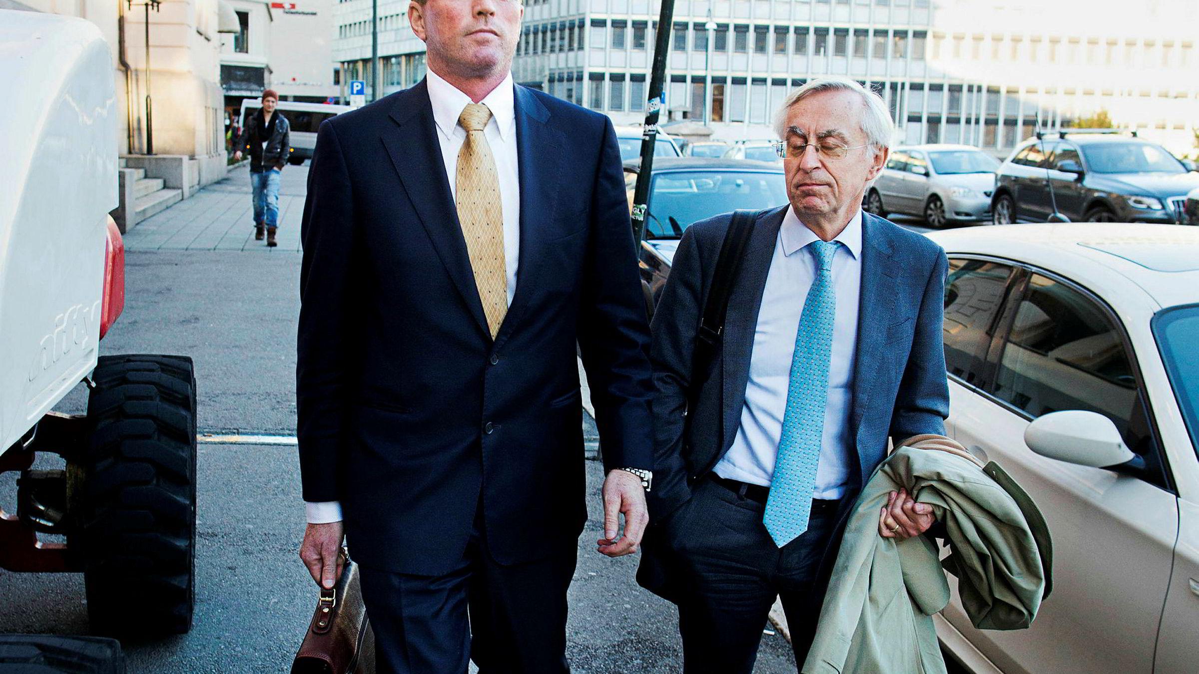 Tor Eggesvik (til høyre) har vært advokat for bedrageritiltalte Are Abrahamsen og hans familie i 20 år. Nå er Eggesvik siktet for medvirkning til kreditorsvik og grovt bedrageri, men Eggesvik er trygg på at siktelsene ikke vil resultere i tiltale.
