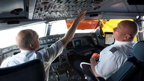SAS-kaptein Per-Arne Svanström (til venstre) og styrmann Ebbe Winter flyr jevnlig med selskapets Airbus A340 fra København til Kina. Enn så lenge har SAS enerett til å fly fra Norge over Sibir mot Asia, og selskapet advarer mot en hard linje mot Russland.
