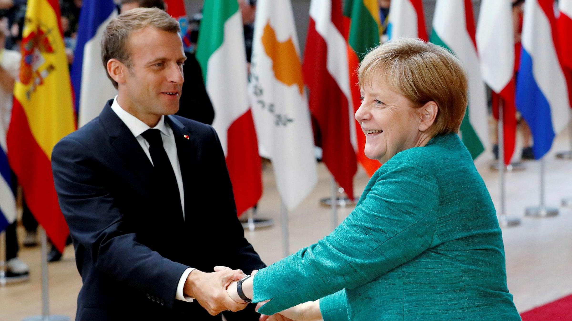 Torsdag samlet EUs statsledere seg til toppmøte i Brussel for å diskutere utfordringene kontinentet og unionen står overfor. Her hilser Tysklands kansler Angela Merkel og Frankrikes president Emmanuel Macron idet de ankommer toppmøtet i Brussel.