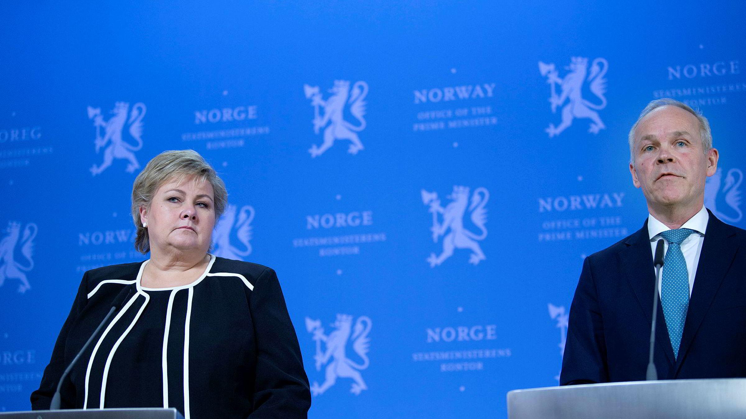 Statsminister Erna Solberg og finansminister Jan Tore Sanner på pressekonferanse fredag.