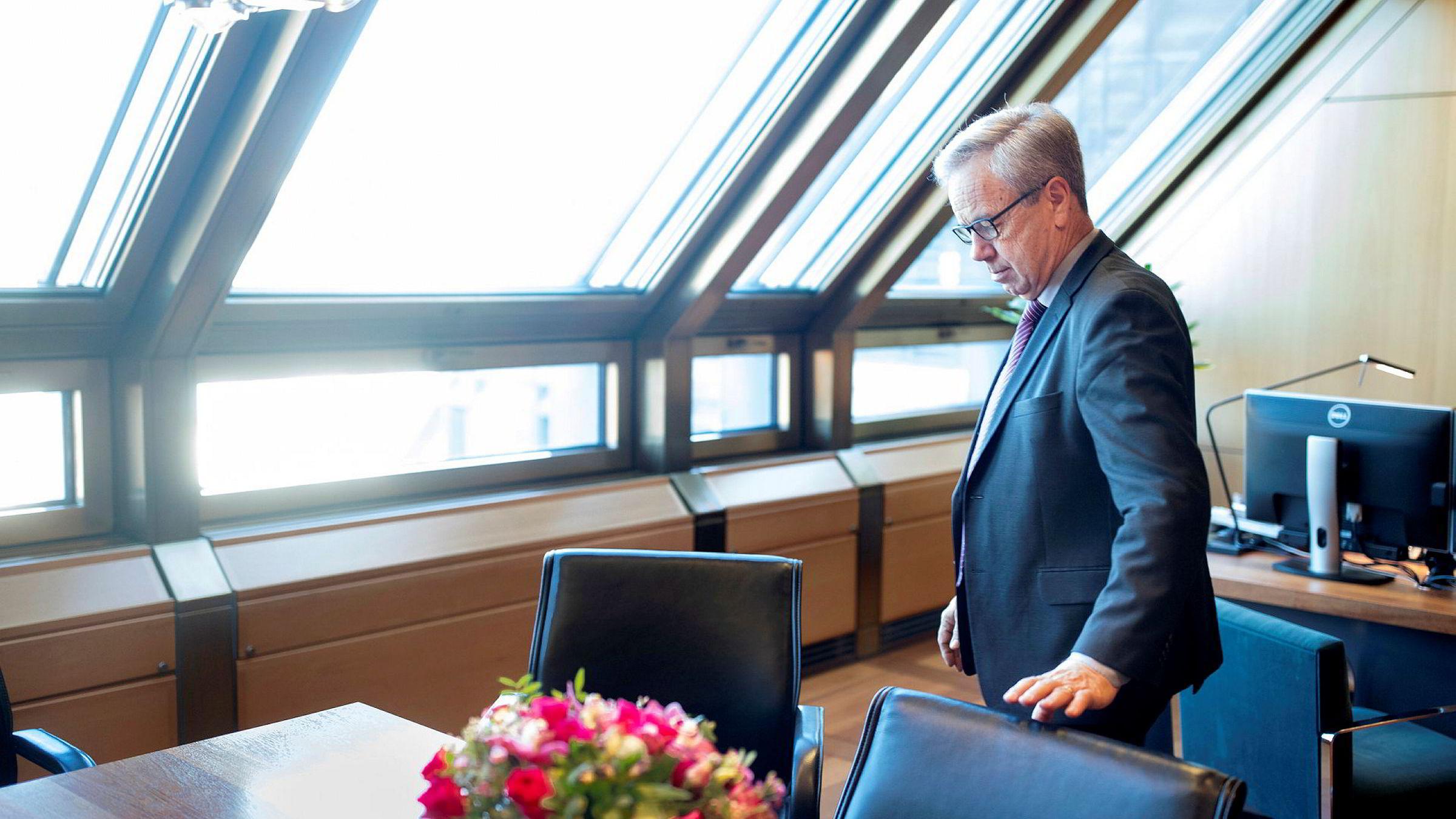 Her på sitt kontor har sentralbanksjef Øystein Olsen fundert. Torsdag kveld fremførte han sine sentralbanksjefdikt for 2020.
