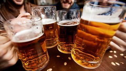 I Oslo har man ikke kunnet nyte nytappet øl på serveringssteder siden 21. mars. Nå åpner byrådet for å tillate dette igjen, dog med strenge forholdsregler.