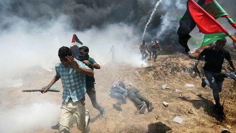 Palestinere protesterte mandag mot ambassadeflyttingen og israelsk okkupasjon, her sør i Gaza nær grensen til Israel. Bare i Gaza ble minst 37 palestinere drept mandag i sammenstøt med israelske soldater.
