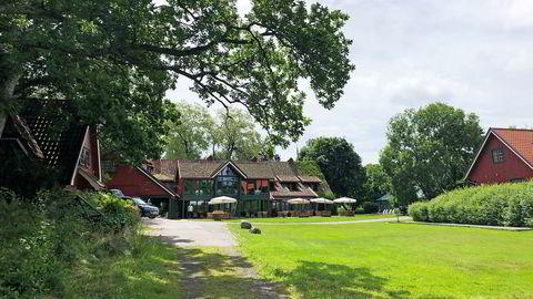 På Engø Gård har sommergjestene kommet for fullt, og kan forsyne seg av lokal mat, kultur og skjærgårdsliv. Noen har også forsøkt å ta med jobben hit, men finner lite egnede rom.