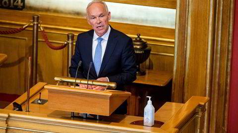 Finansminister Jan Tore Sanner (H) presenterte lettelser i opsjonsbeskatningen da han fremla forslaget til revidert nasjonalbudsjett i Stortinget nylig. Lettelsene er for små, ifølge artikkelforfatterne.