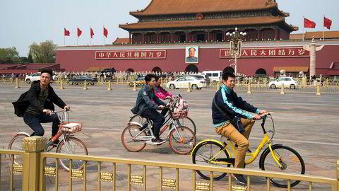 """Sykler i alle farger har inntatt kinesiske storbyer. Oppstartsselskaper har utplassert mange millioner sykler i kinesiske byer som kan leies for én krone i timen.De gule er fra selskapet """"ofa"""" som vokser i rekordfart. De oransje er fra konkurrenten """"mobike"""" .Tiananmen Square med Mao og Den Forbudte By i bakgrunnen."""